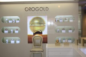 OROGOLD display with a chair